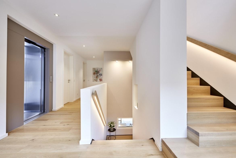 Offenes Treppenhaus mit Innentreppe aus Holz - Wohnideen Interior Design Haus Inneneinrichtung BAUFRITZ Architektenhaus MEHRBLICK - HausbauDirekt.de