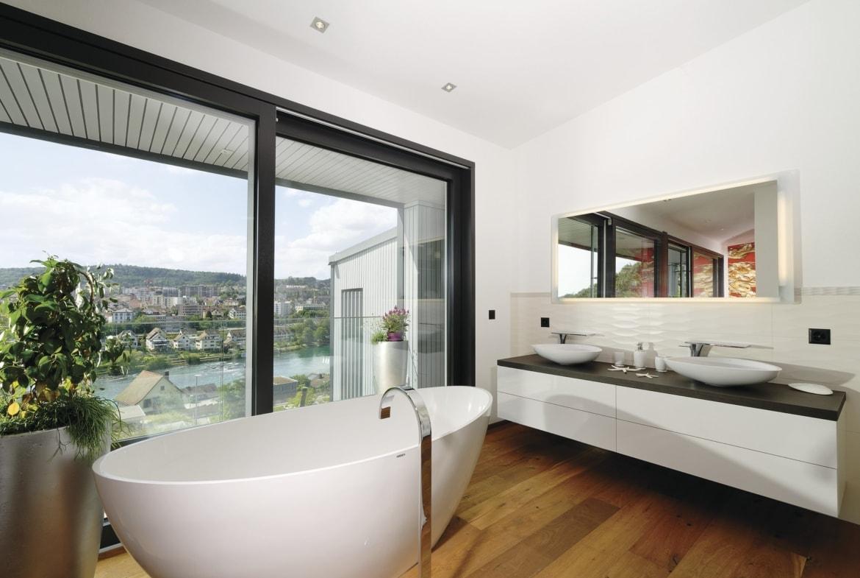 Badezimmer modern mit freistehender Badewanne - Inneneinrichtung Ideen Doppelhaus WeberHaus Fertighaus - HausbauDirekt.de