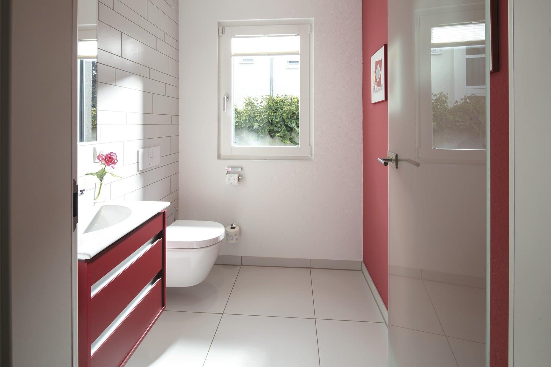 Gäste-WC rot weiss gestaltet - Stadtvilla Inneneinrichtung Haus Ideen Fertighaus CityLife WeberHaus - HausbauDirekt.de