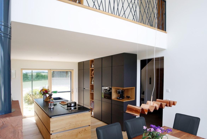 Offener Essbereich mit Galerie über 2 Etagen - Haus Design innen modern Ideen Inneneinrichtung Baufritz ÖKOHAUS SCHELLENBERG - HausbauDirekt.de