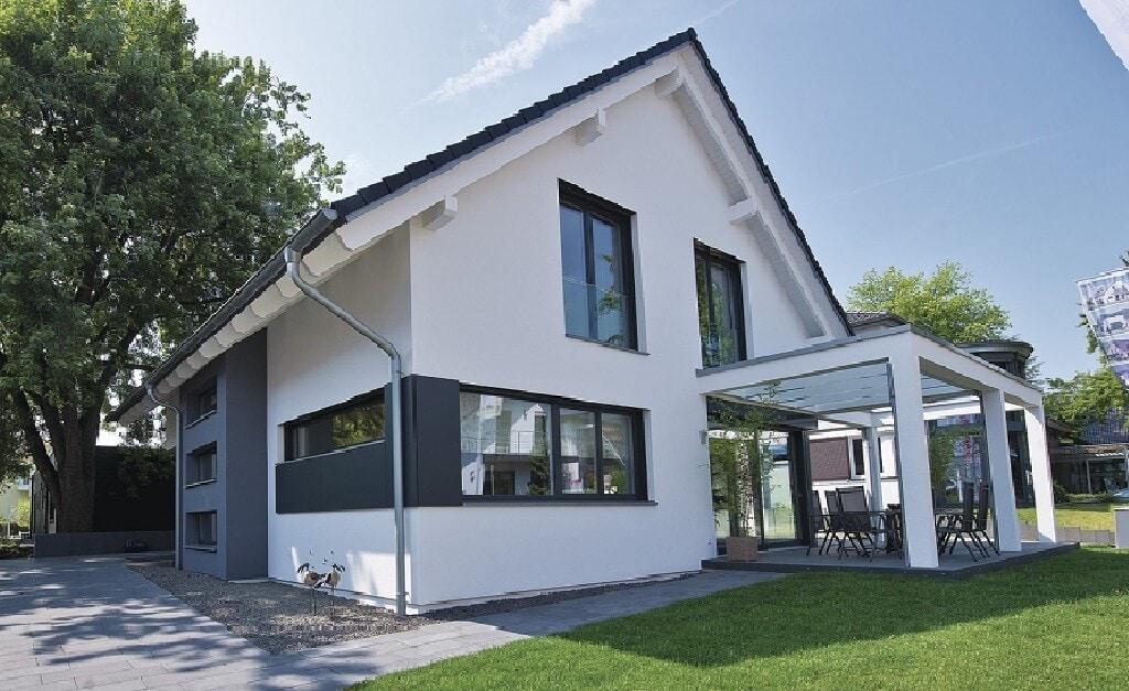 Modernes Einfamilienhaus mit Satteldach & Pergola Terrasse - Haus bauen Design Ideen WeberHaus Fertighaus Generation 5.5 Haus 300 - HausbauDirekt.de