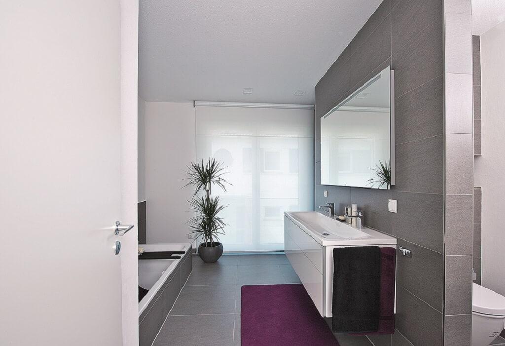 Badezimmer modern mit Raumteiler gemauert - Inneneinrichtung Haus bauen Design Ideen innen WeberHaus Fertighaus Generation 5.5 Haus 300 - HausbauDirekt.de