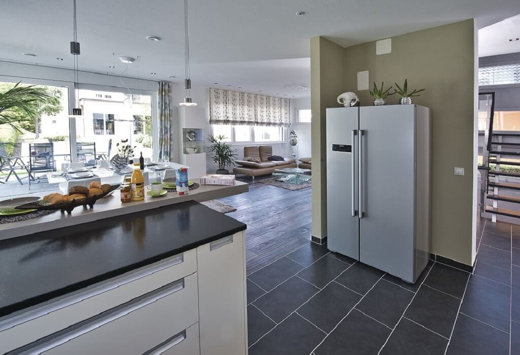 Offene Küche modern mit Theke - Inneneinrichtung Haus bauen Design Ideen innen WeberHaus Fertighaus Generation 5.5 Haus 300 - HausbauDirekt.de