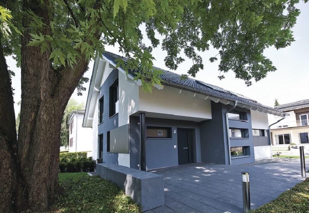Einfamilienhaus Neubau modern mit Satteldach & Hauseingang überdacht - Haus bauen Design Ideen WeberHaus Fertighaus Generation 5.5 Haus 300 - HausbauDirekt.de