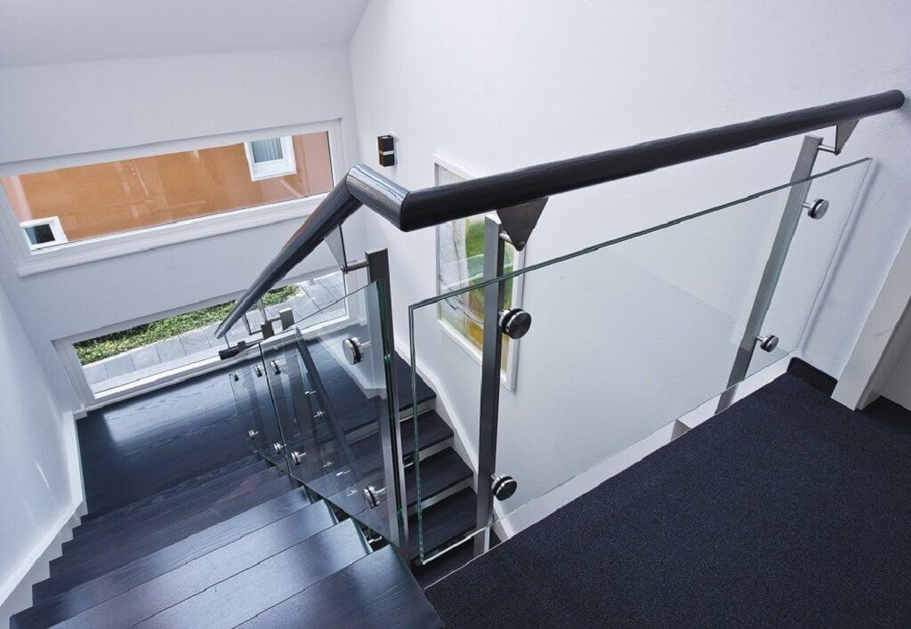 Offene Innentreppe mit Glas Geländer - Architektur Detail Treppenhaus Haus bauen Design Ideen innen WeberHaus Fertighaus Generation 5.5 Haus 300 - HausbauDirekt.de