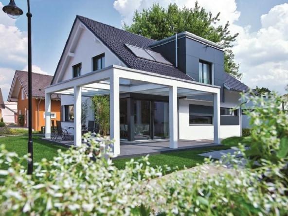 Einfamilienhaus Neubau modern mit Satteldach & Pergola Terrasse - Haus bauen Design Ideen WeberHaus Fertighaus Generation 5.5 Haus 300 - HausbauDirekt.de