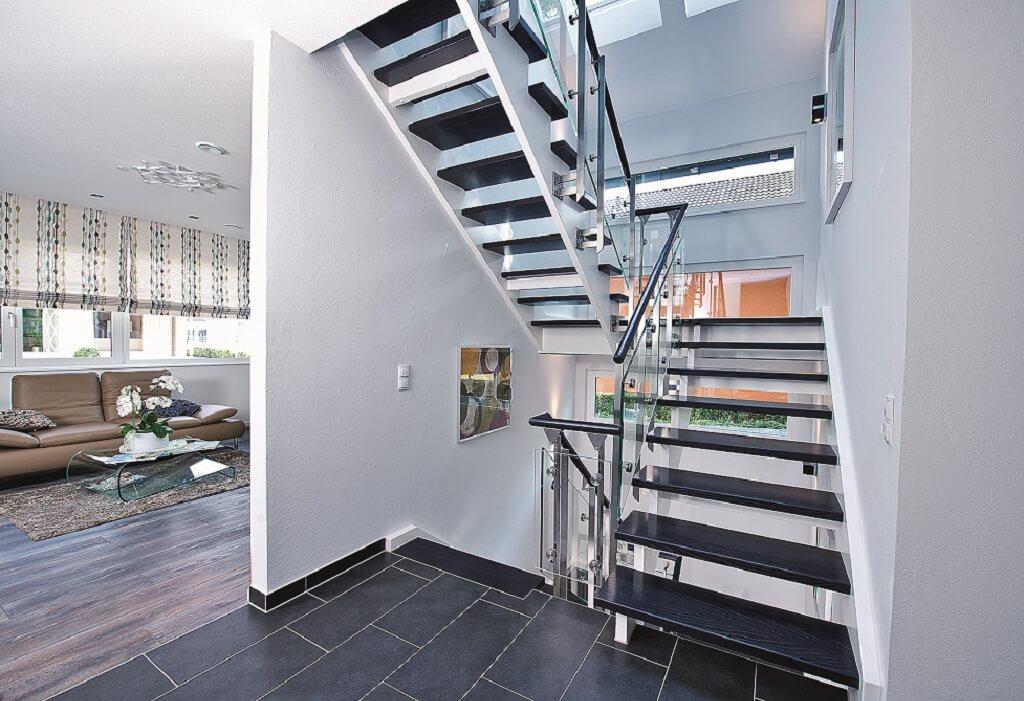 Offenes Treppenhaus mit Innentreppe & Glasgeländer - Inneneinrichtung Haus bauen Design Ideen innen WeberHaus Fertighaus Generation 5.5 Haus 300 - HausbauDirekt.de