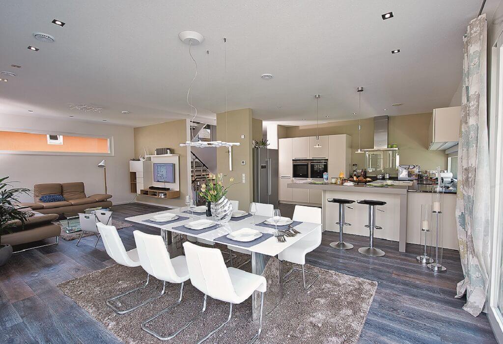 Offenes Wohn- Esszimmer mit Küche - Inneneinrichtung Haus bauen Design Ideen innen WeberHaus Fertighaus Generation 5.5 Haus 300 - HausbauDirekt.de