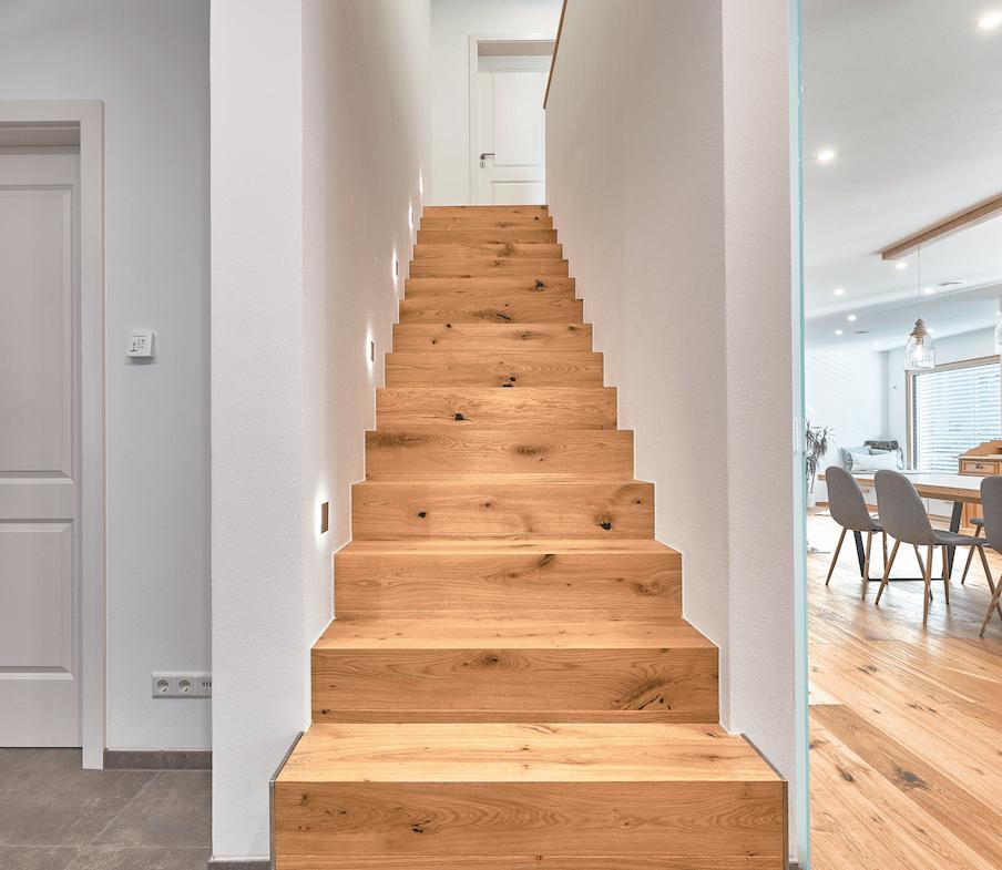 Gerade Treppe massiv aus Holz - Haus Design Ideen innen Modernes Landhaus WeberHaus Fertighaus - HausbauDirekt.de