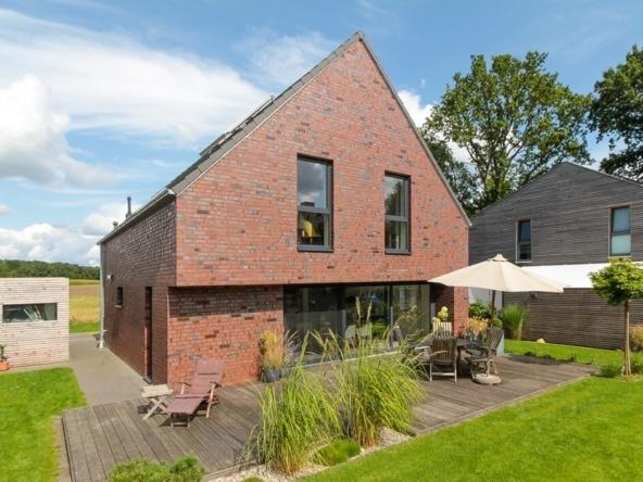 Einfamilienhaus modern mit Satteldach & Klinker Fassade bauen - Haus Design Ideen Massivhaus Vario-Haus 160 von ECO System HAUS - HausbauDirekt.de