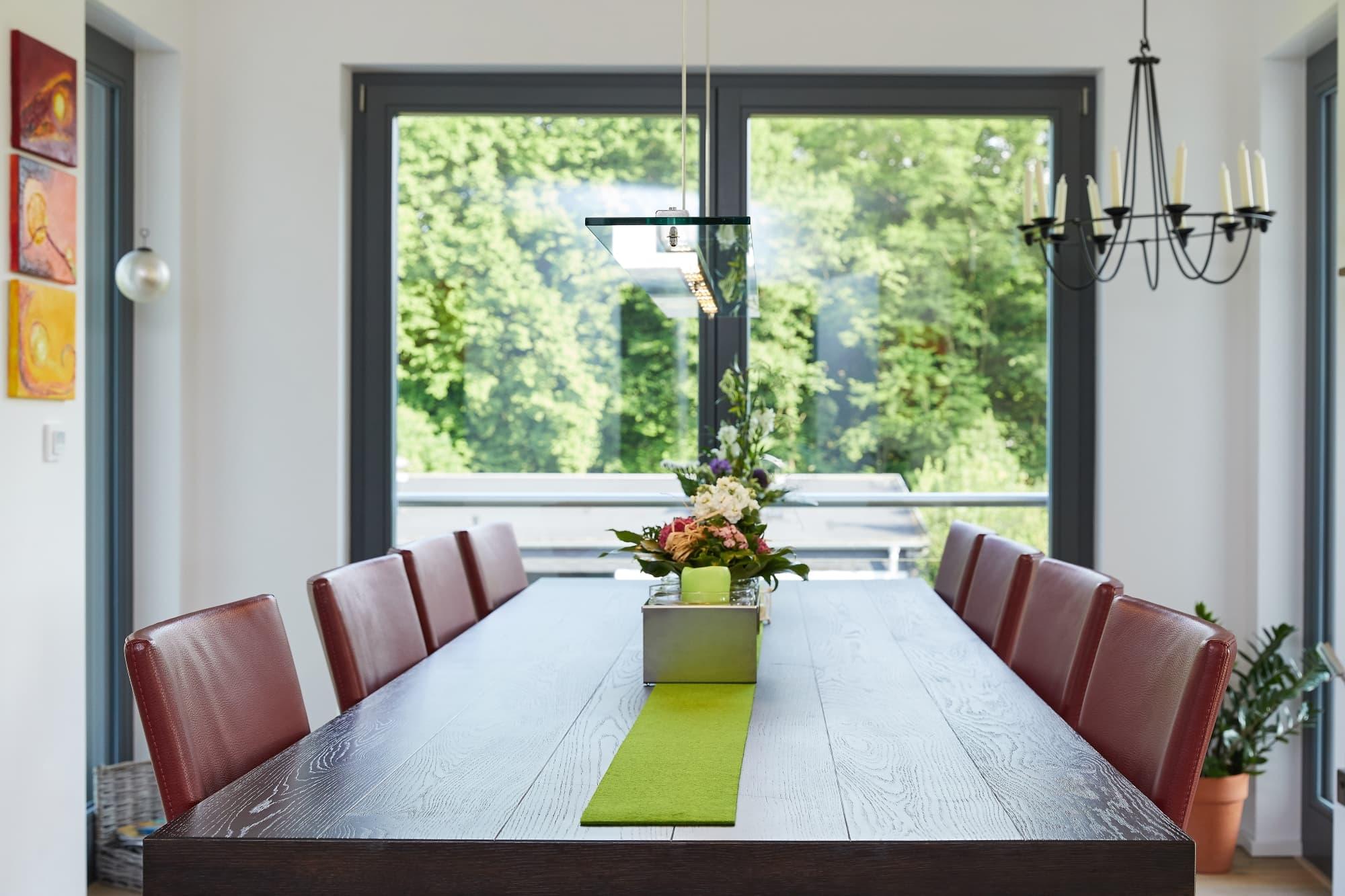 Grosser Esstisch Holz mit Tischdeko - Inneneinrichtung Fertighaus Hainbuchenallee von GUSSEK HAUS - HausbauDirekt.de
