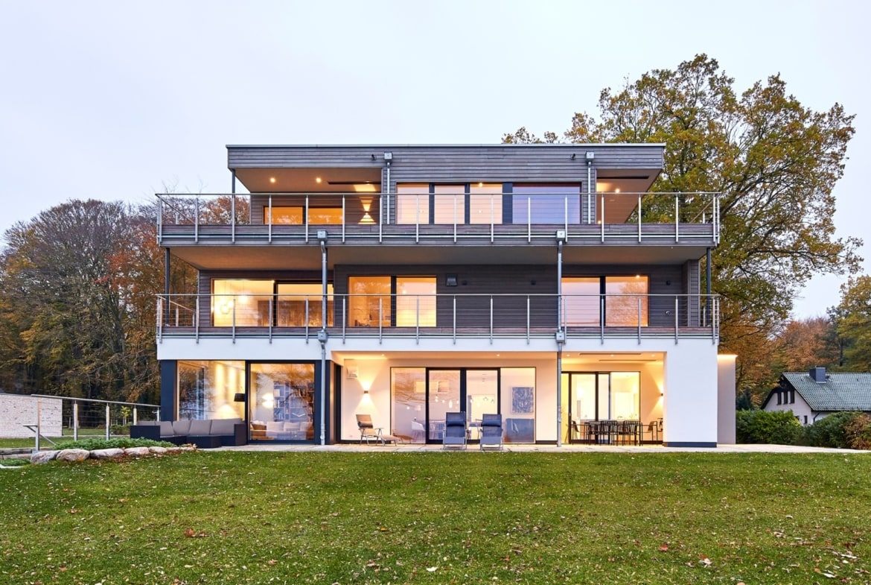 Bauhaus Stadtvilla modern mit Flachdach Architektur & Holz Fassade - Haus bauen Ideen BAUFRITZ Architektenhaus MEHRBLICK - HausbauDirekt.de