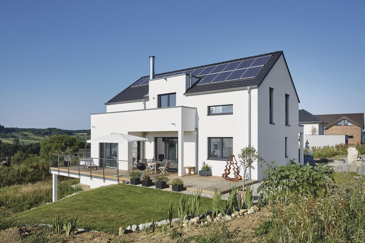 Modernes Einfamilienhaus in Hanglage mit Einliegerwohnung & Satteldach - Haus bauen Design Ideen WeberHaus Fertighaus Sunshine 310 - HausbauDirekt.de
