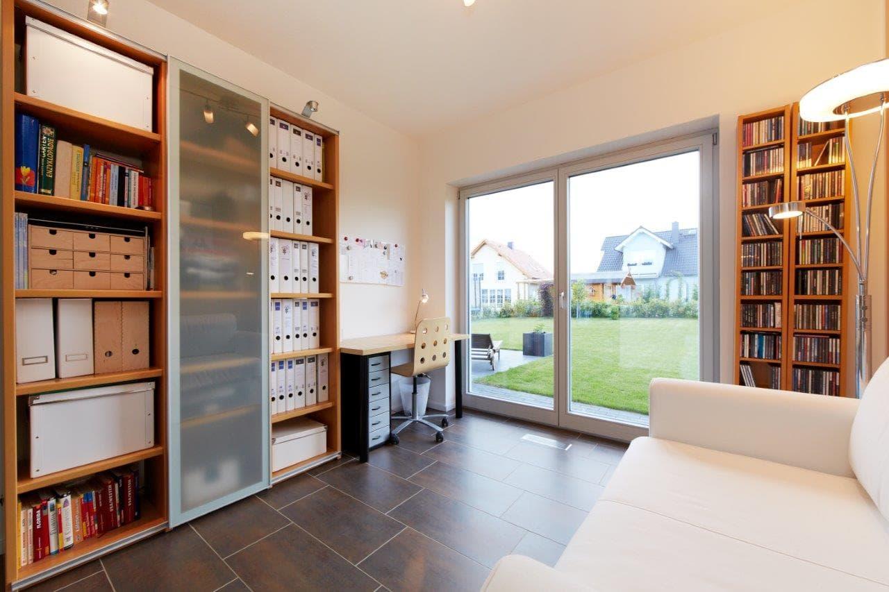 Home Office einrichten - Ideen Inneneinrichtung Fertighaus Kiefernallee Variante 1 von GUSSEK HAUS - HausbauDirekt.de