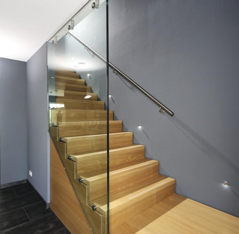 Innentreppe modern in Faltwerkoptik mit Glas & Holz - Haus Design Ideen innen Fertighaus Stadtvilla Inneneinrichtung City Life Kundenhaus von WeberHaus - HausbauDirekt.de