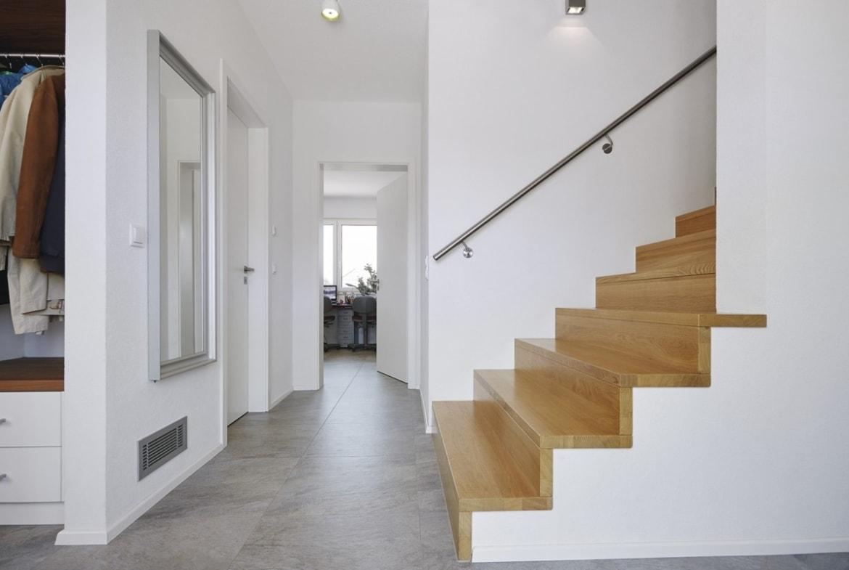 Flur mit Innentreppe aus Holz - Inneneinrichtung Haus bauen Design Ideen innen WeberHaus Fertighaus Sunshine 310 - HausbauDirekt.de
