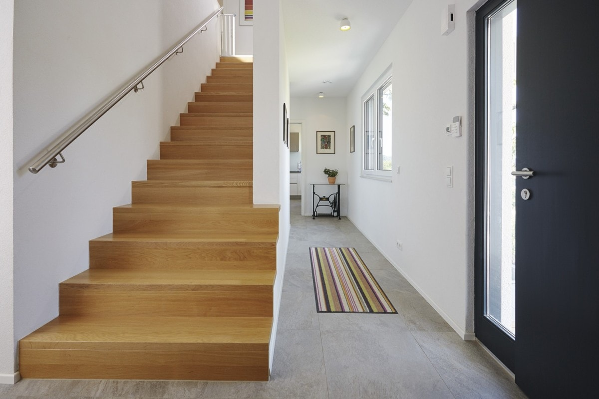Innentreppe gerade mit Holz Stufen massiv - Inneneinrichtung Haus bauen Design Ideen innen WeberHaus Fertighaus Sunshine 310 - HausbauDirekt.de