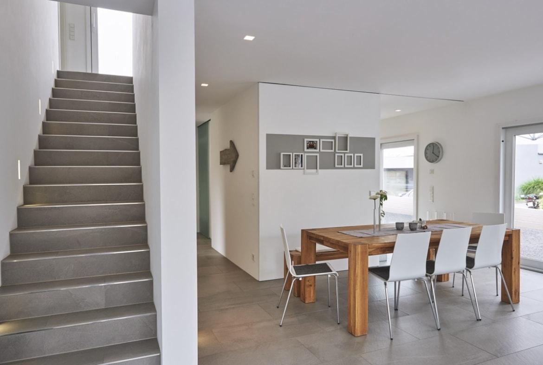 Innentreppe gerade mit Naturstein - - Fertighaus Design Ideen Inneneinrichtung Modernes Pultdach Haus von WeberHaus - HausbauDirekt.de