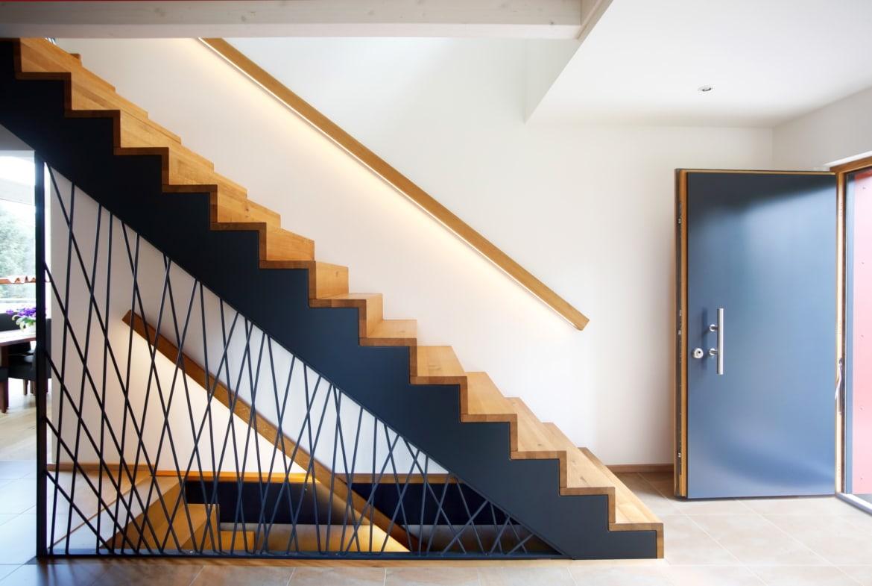 Gerade Treppe im Eingangsbereich - Haus Design innen modern Ideen Inneneinrichtung Baufritz ÖKOHAUS SCHELLENBERG - HausbauDirekt.de