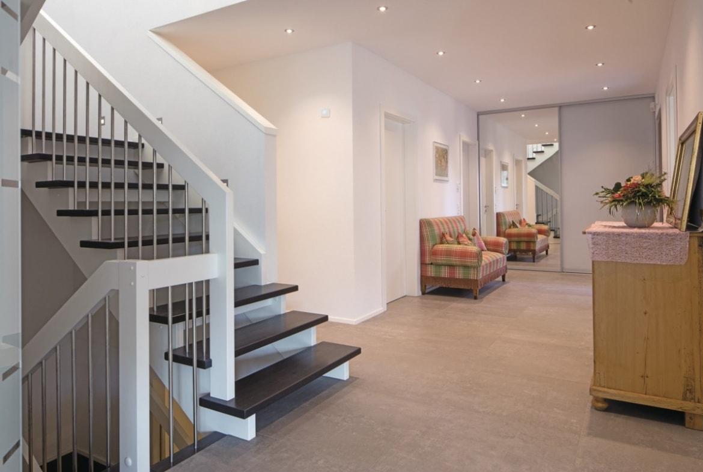 Innentreppe offen mit Holz - Haus Design innen Ideen Einrichtung WeberHaus Stadtvilla - HausbauDirekt.de