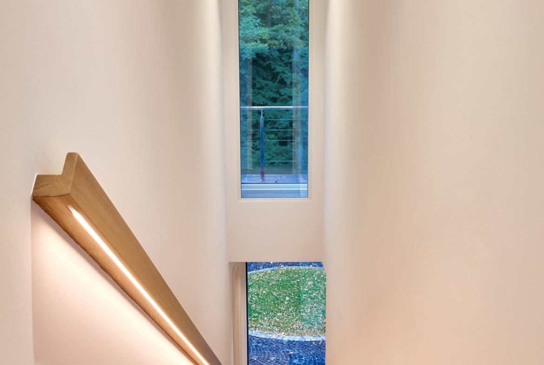 Treppenhaus innen modern mit Holz Treppe und Handlauf - Wohnideen Interior Design Haus Inneneinrichtung BAUFRITZ Architektenhaus MEHRBLICK - HausbauDirekt.de