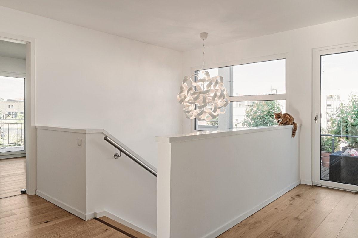 Innentreppe mit Galerie - Haus Design Ideen innen Einfamilienhaus Inneneinrichtung Fertighaus Lichtdurchfluteter Kubus von WeberHaus - HausbauDirekt.de