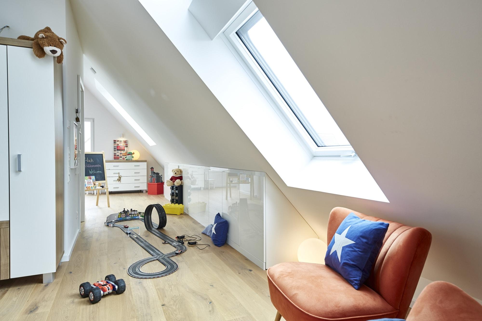 Kinderzimmer mit Dachschrägen im ausgebautem Dachboden - Ideen Inneneinrichtung Haus Design Baufritz STADTHAUS EHRMANN - HausbauDirekt.de