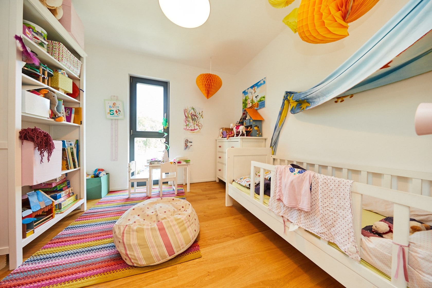 Kinderzimmer modern weiß mit Farbakzenten - Ideen Inneneinrichtung Doppelhaushälfte Monza von GUSSEK HAUS - HausbauDirekt.de