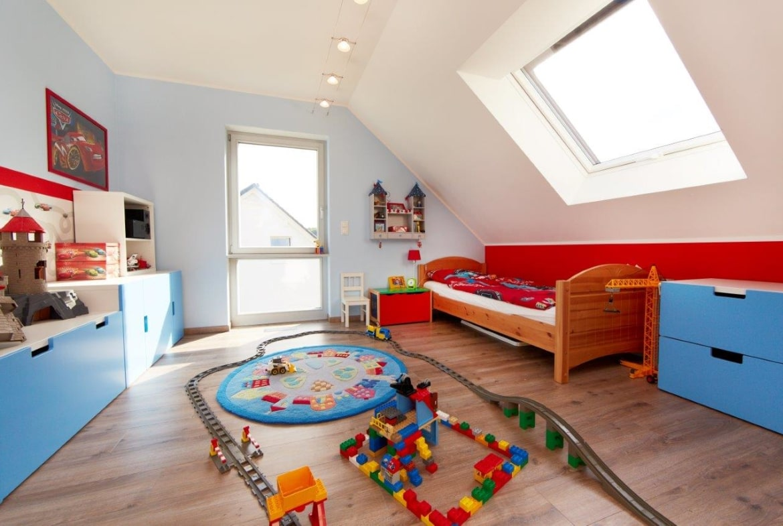 Kinderzimmer Junge mit Dachschräge - Inneneinchichtung Fertighaus Kiefernallee Variante 1 von GUSSEK HAUS - HausbauDirekt.de