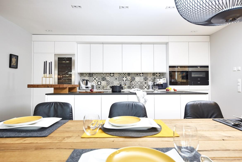 Offene Küche modern weiß mit Kochinsel - Ideen Inneneinrichtung Haus Design Baufritz STADTHAUS EHRMANN - HausbauDirekt.de