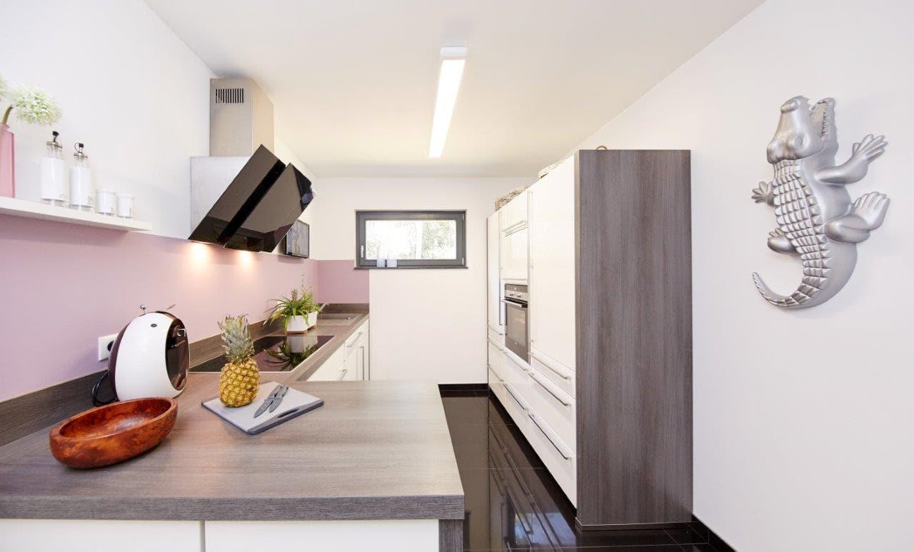 Küche modern mit Oberlicht - Küchen Ideen Inneneinrichtung Fertighaus Bungalow Savoyen von GUSSEK HAUS - HausbauDirekt.de