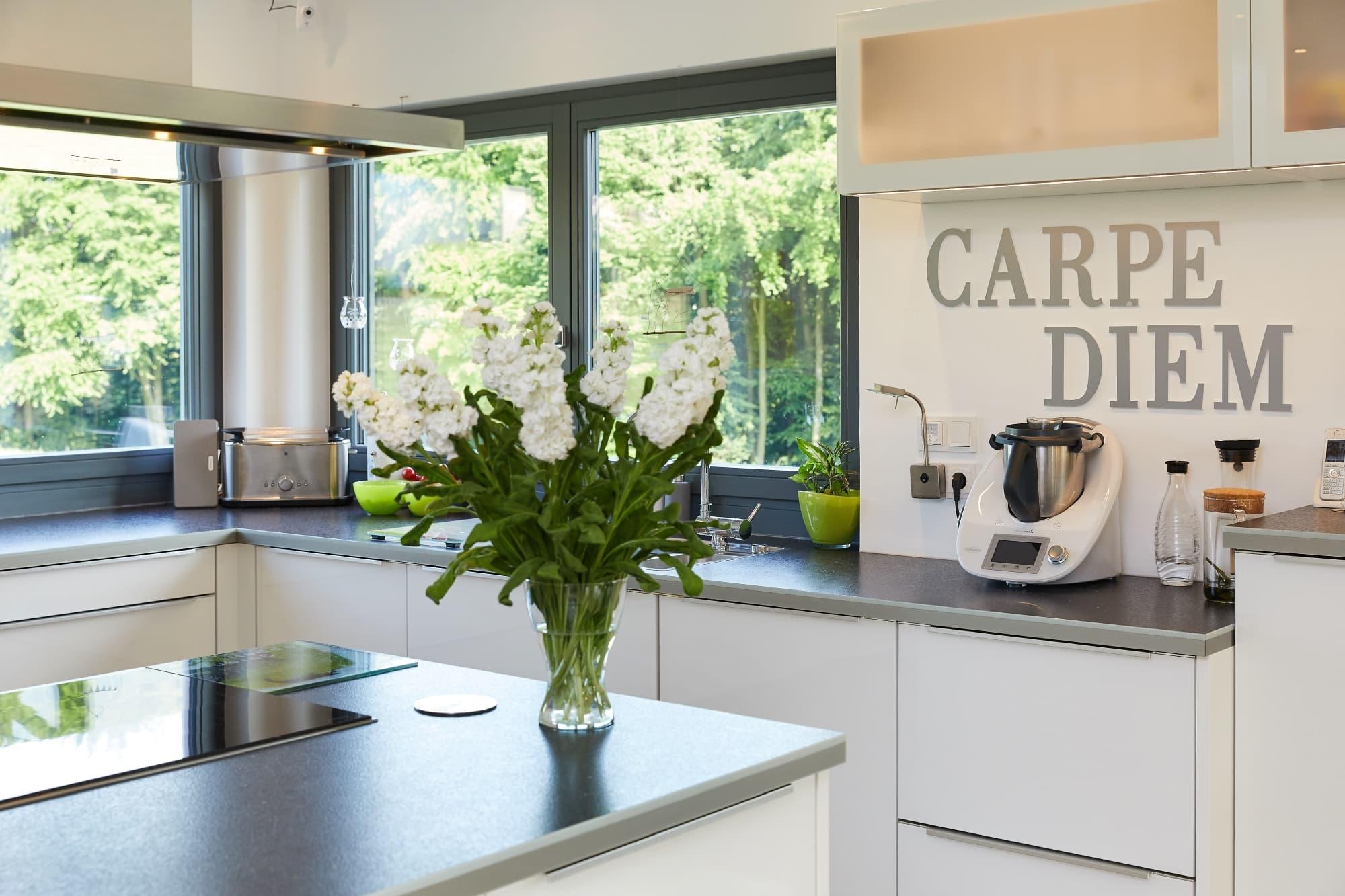 Küche mit Kochinsel - Inneneinrichtung Fertighaus Parma von GUSSEK HAUS - HausbauDirekt.de