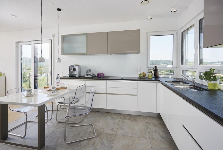 Offene Küche mit Esstisch - Inneneinrichtung Haus bauen Design Ideen innen WeberHaus Fertighaus Sunshine 310 - HausbauDirekt.de