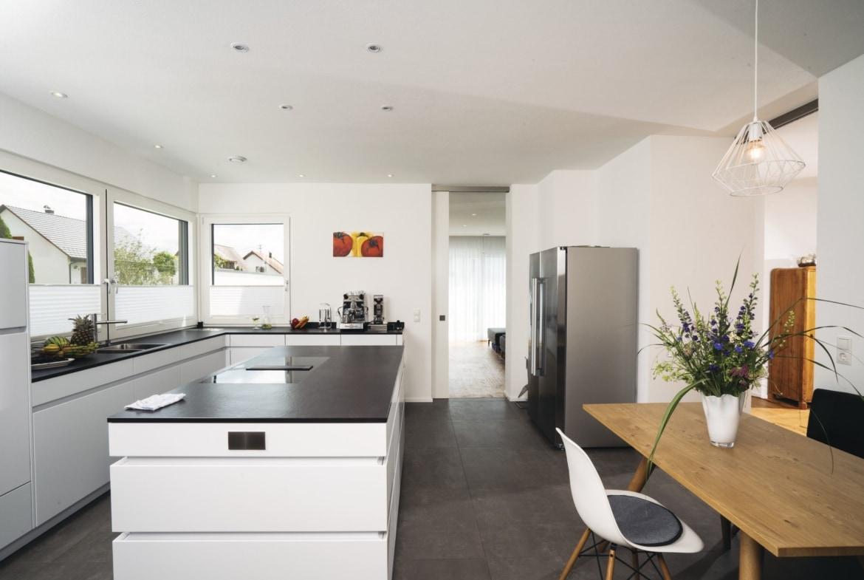 Küche Inneneinrichtung modern mit Kochinsel und Esstisch - Haus Design Ideen innen Bauhaus Villa WeberHaus Fertighaus - HausbauDirekt.de