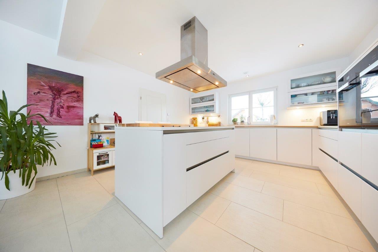 Küche modern weiß mit Kochinsel - Inneneinrichtung Ideen Fertighaus Bungalow GUSSEK HAUS Salamanca - HausbauDirekt.de
