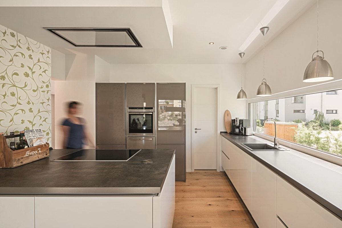 Offene Küche modern mit Kochinsel - Haus Design Ideen innen Einfamilienhaus Inneneinrichtung Fertighaus Lichtdurchfluteter Kubus von WeberHaus - HausbauDirekt.de