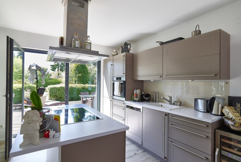 Küche mit Kochinsel modern grau - Inneneinrichtung Fertighaus Verona von GUSSEK Haus - HausbauDirekt.de