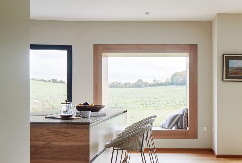 Offenes Küche mit Theke - Inneneinrichtung Haus Design Ideen innen Baufritz Landhaus LLOYD WEBBER - HausbauDirekt.de