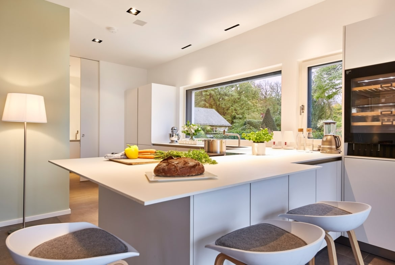 Offene Küche mit Theke und Sitzgelegenheit, modern weiss - Wohnideen Interior Design Haus Inneneinrichtung BAUFRITZ Architektenhaus MEHRBLICK - HausbauDirekt.de
