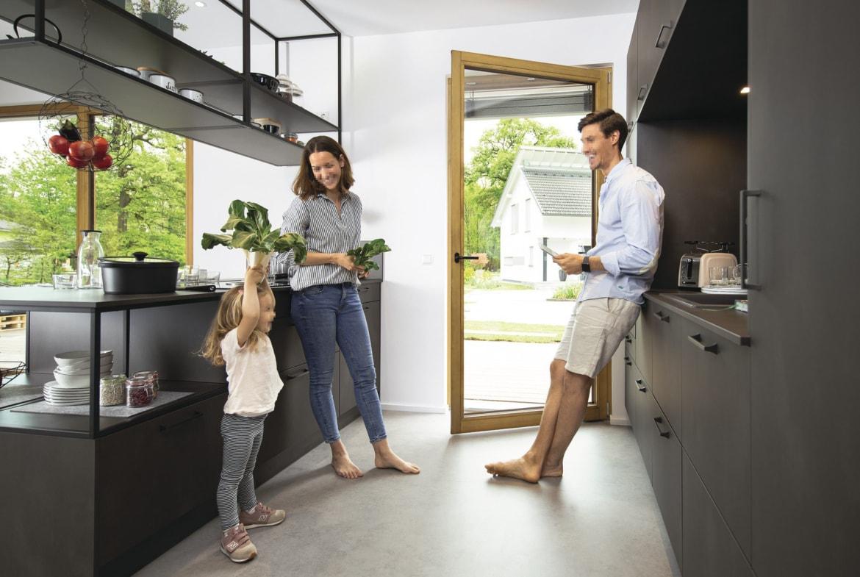 Offene Küche modern grau mit Kochinsel im Industrial Look - Inneneinrichtung Haus Design Ideen - Fertighaus Sunshine 220 WeberHaus - HausbauDirekt.de
