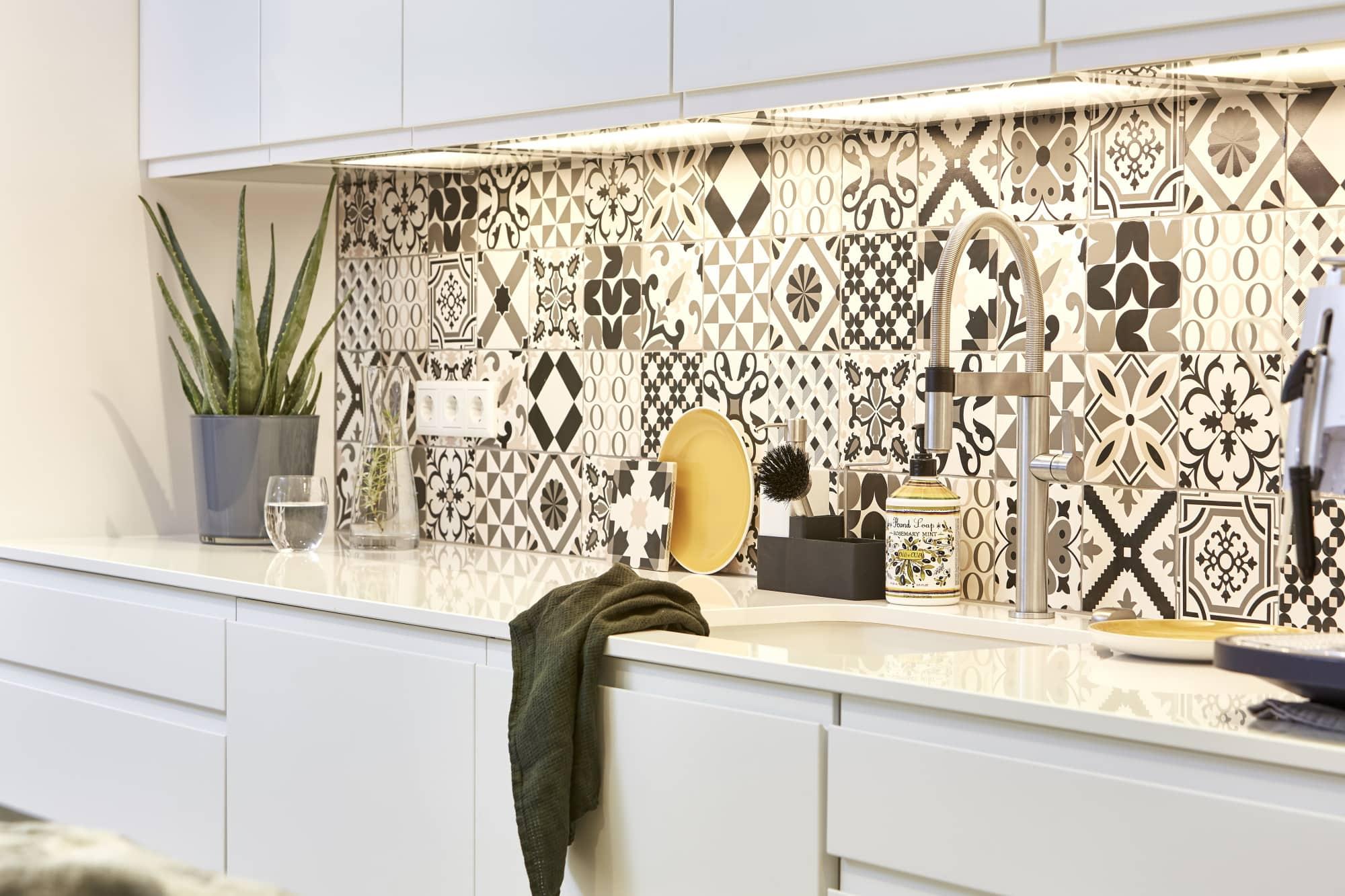 Küche mit Fliesen Muster in schwarz weiß - Ideen Inneneinrichtung Haus Design Baufritz STADTHAUS EHRMANN - HausbauDirekt.de