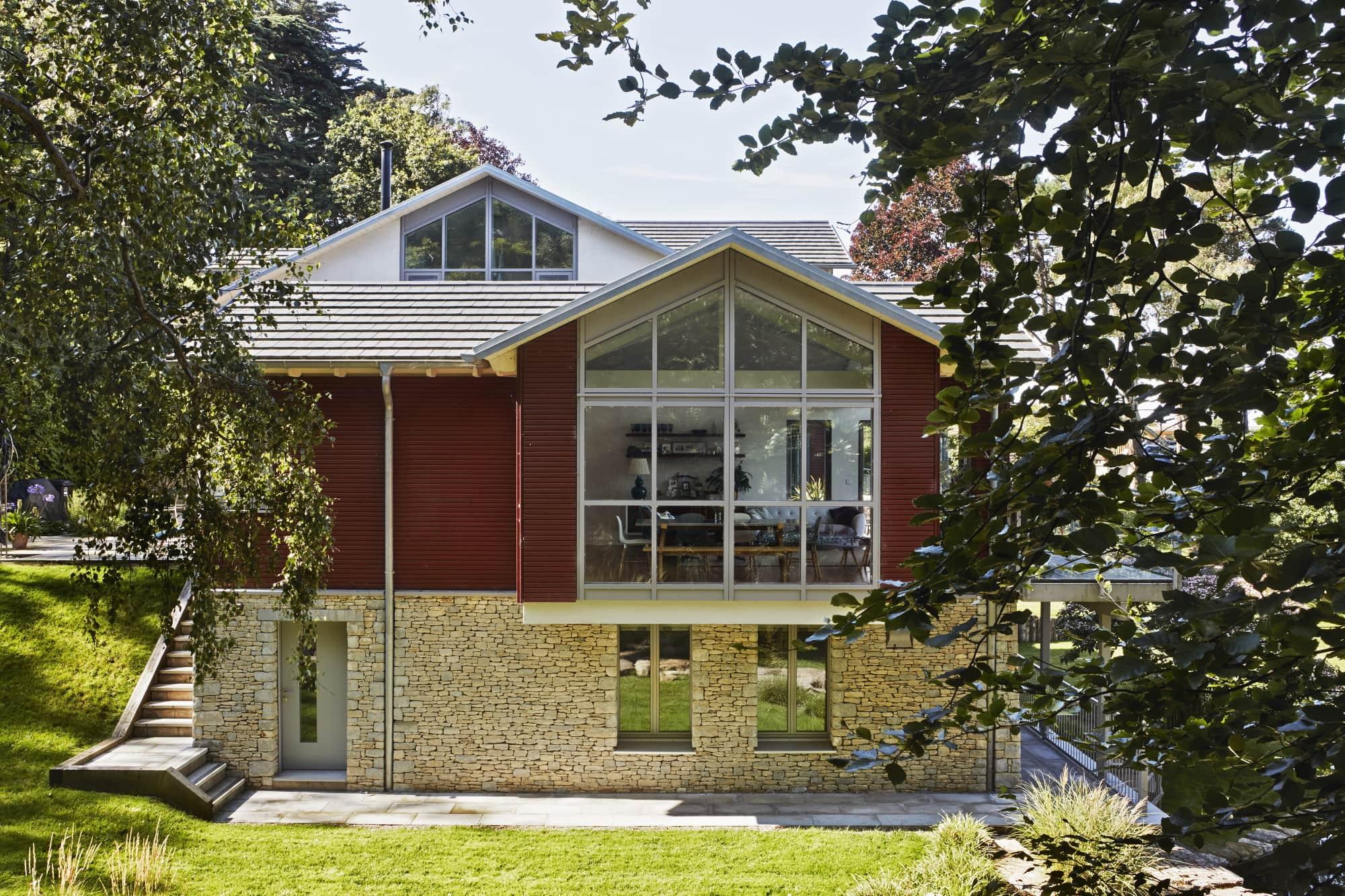 Villa im Landhausstil mit Holz Glas Naturstein Fassade & Satteldach - Haus bauen Ideen Baufritz Fertighaus Landhaus FORTESCUE - HausbauDirekt.de