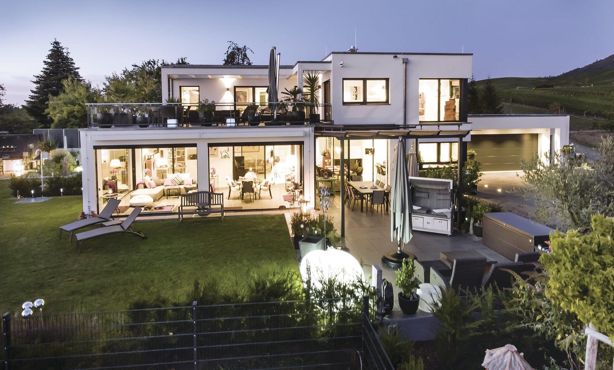 Modernes Luxus Haus mit Garage & Flachdach im Bauhausstil bauen - Einfamilienhaus Ideen WeberHaus Fertighaus - HausbauDirekt.de