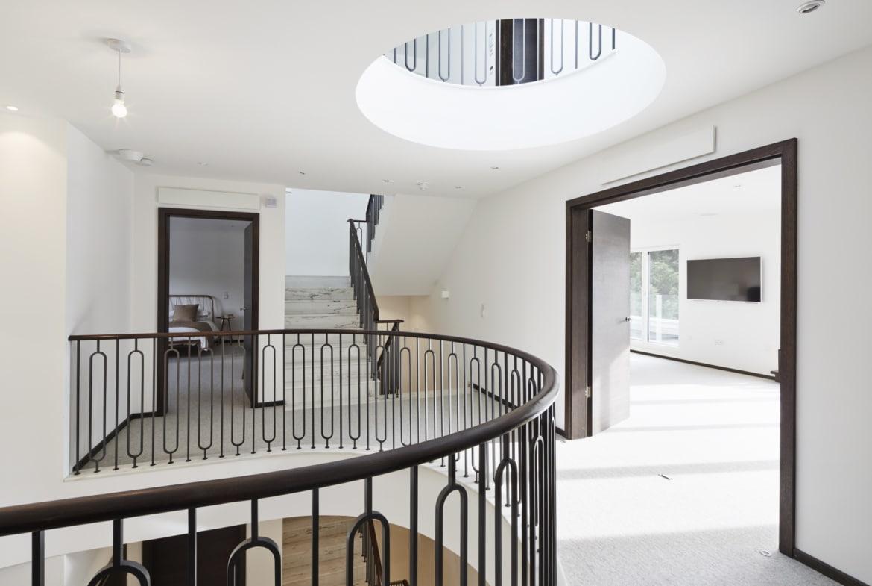 Luxus Treppenhaus mit Empore & Oberlicht - Haus Design Inneneinrichtung Luxus Villa ATHERTON von Baufritz - HausbauDirekt.de