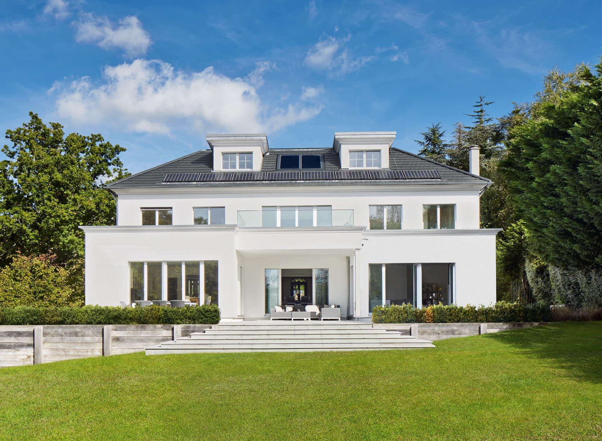 Moderne Landhaus Villa ATHERTON im klassischen Stil - Luxus Fertighaus bauen in Holzbauweise von Baufritz - HausbauDirekt.de