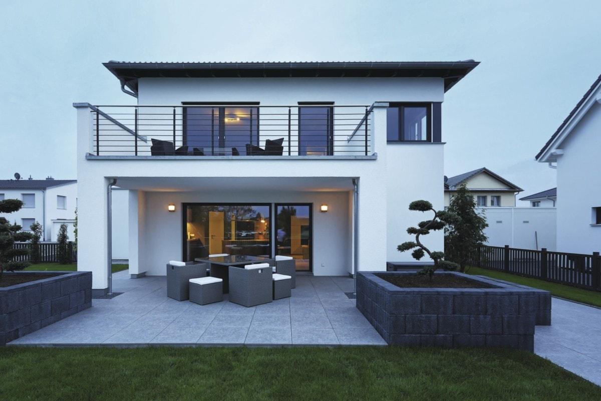 Einfamilienhaus modern mit Walmdach, Loggia & Balkon bauen - Haus Design Ideen Fertighaus Stadtvilla City Life Kundenhaus von WeberHaus - HausbauDirekt.de