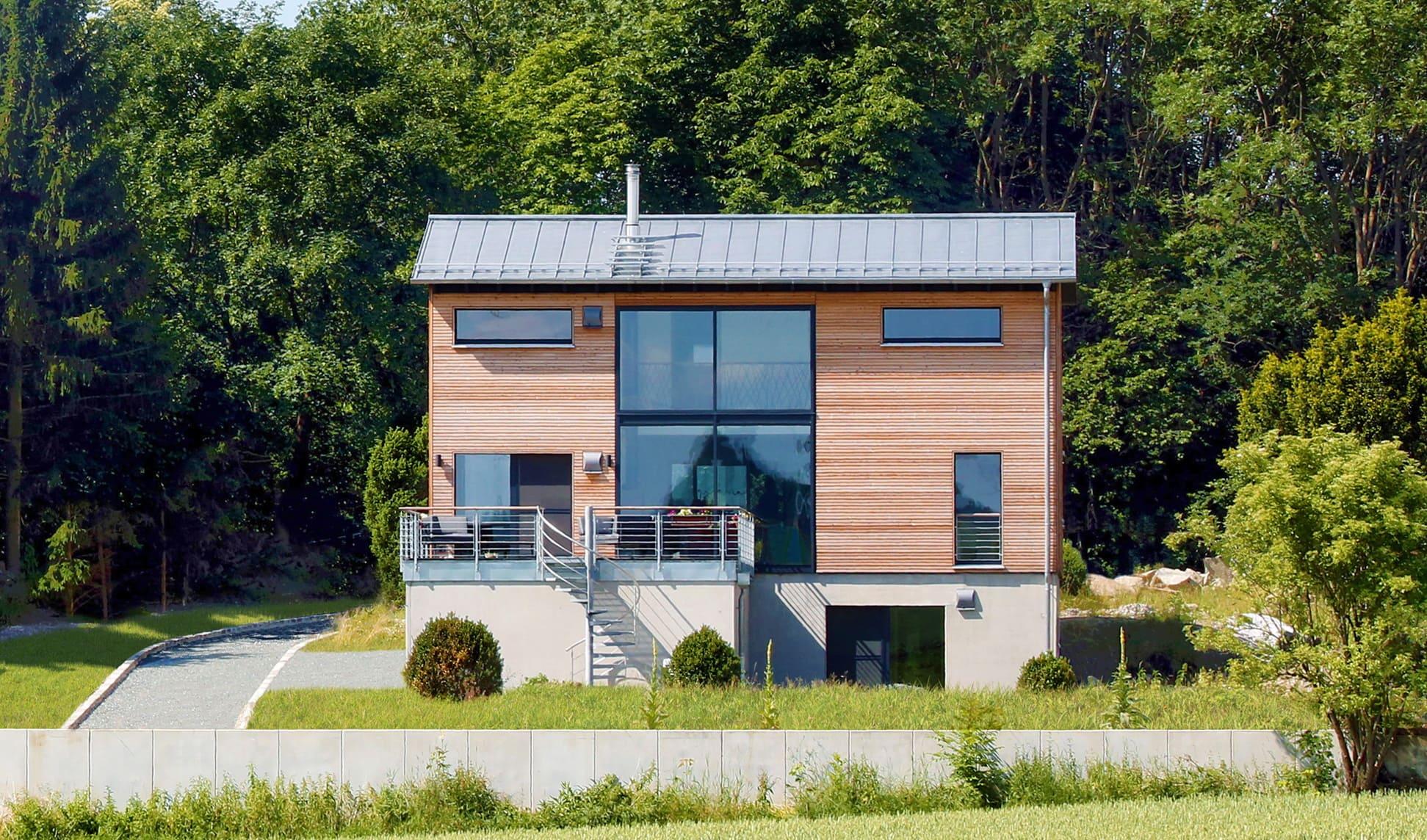 Architektenhaus modern mit Galerie, Holz Fassade & Satteldach, 5 Zimmer, 210 qm - Fertighaus bauen Ideen Baufritz Haus SCHELLENBERG - HausbauDirekt.de