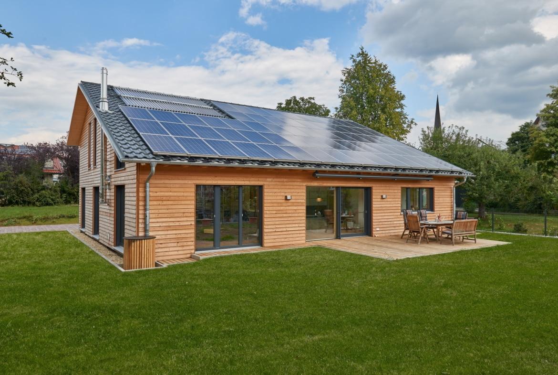 Ökologisches Holzhaus mit Satteldach & Holz Fassade, barrierefrei gestaltet - Architektenhaus bauen Ideen Baufritz Haus SCHWEIGER - HausbauDirekt.de