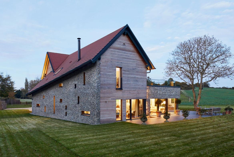Modernes Haus im Landhausstil mit Satteldach und Holz Fassade bauen - Einfamilienhaus Ideen Fertighaus Baufritz Landhaus LLOYD WEBBER - HausbauDirekt.de