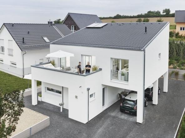 Einfamilienhaus modern mit Pultdach, Balkon & Carport bauen - Fertighaus Design Ideen Modernes Pultdach Haus von WeberHaus - HausbauDirekt.de